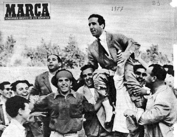 HH carried on the shoulders of Seville fans after the victory against Real Madrid - 1957